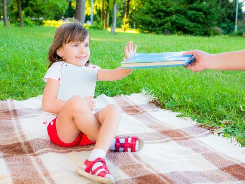 Надо ли заниматься с ребенком летом, чтобы он не отстал от учебы