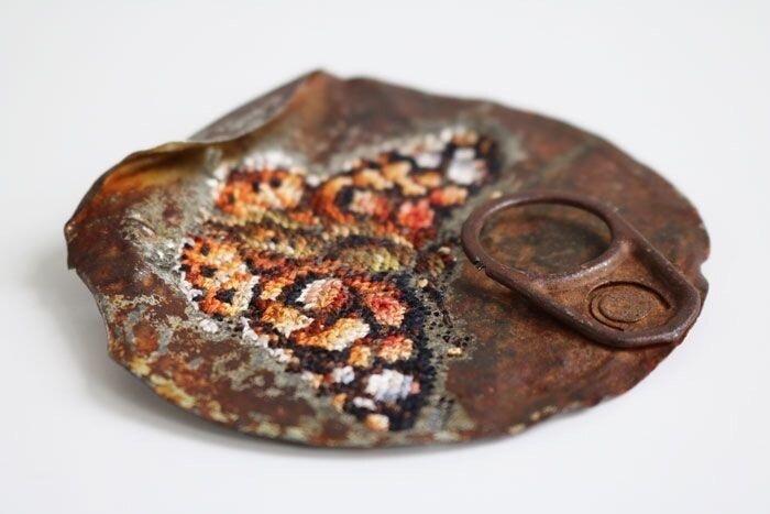Необычная вышивка крестиком... по металлу