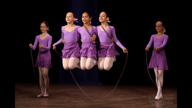 Удивительный танец со скакалками. Яркое видео