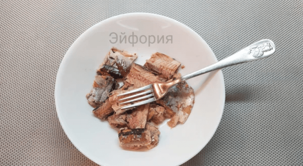 Этот салат из сайры у нас всегда уходит на ура: яркий, аппетитный и очень вкусный