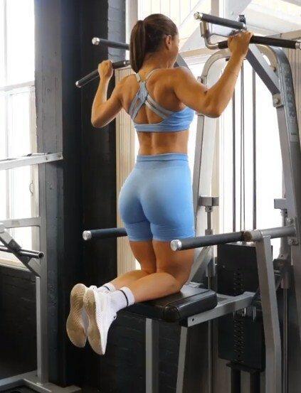 Красивая фитнес-модель Крисси Села смогла сформировать идеальное тело