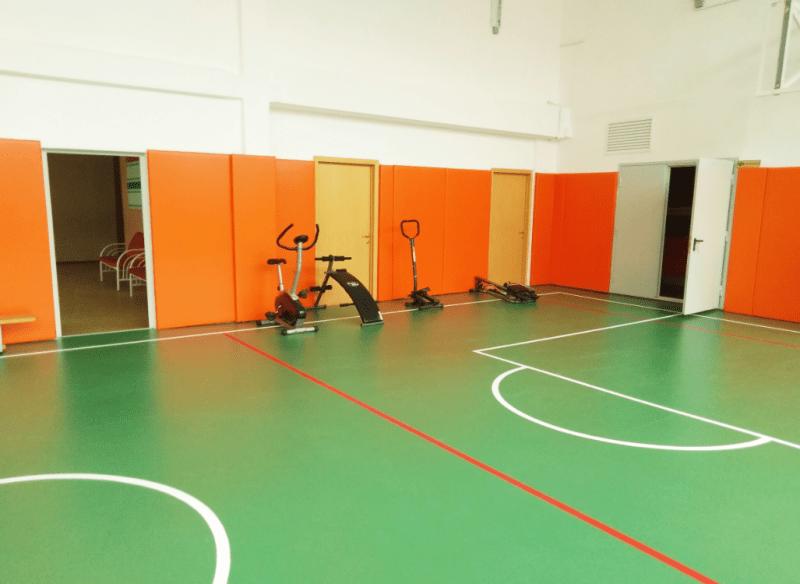 Опытная учительница физкультуры уступила место молодому человеку