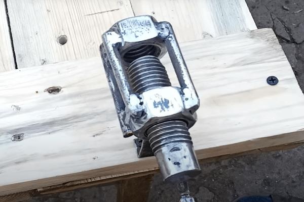 Нереально простое и полезное изобретение из двух гаек и шпильки. Разве можно такое представить