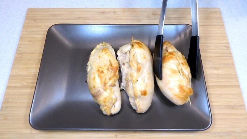 Заворачиваю в куриную грудку начинку и запекаю (рецепт для ужина и праздничного стола)