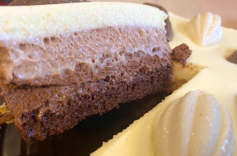 Показываю новый торт Рената Агзамова с тремя видами шоколада за 990 рублей. Дорого, а стоит ли