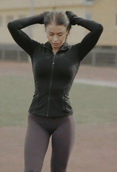 Специализированная тренировка позволила фитнес-модели сохранить пышные формы