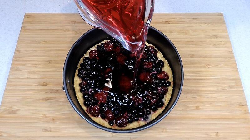 Готовлю такой Тирольский пирог с замороженными ягодами сама, в домашних условиях (просто к чаю и для гостей вместо торта)