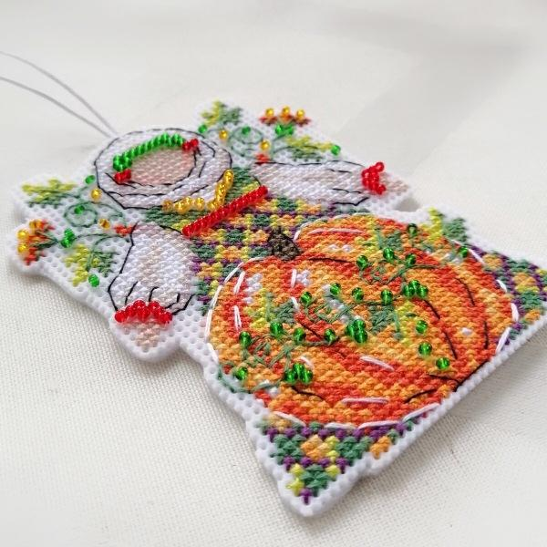 Вышивка на пластиковой канве - тестирую клеевой фетр для задника