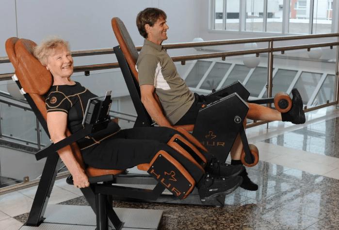 Два вида тренажеров для людей в возрасте 60+. Какая от них польза для организма