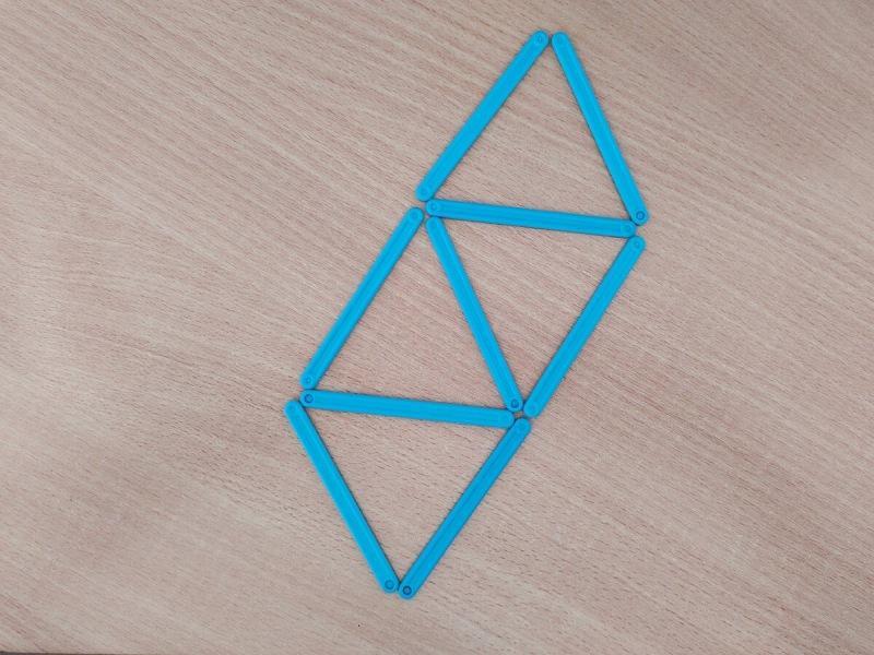 Головоломка для детей, перед которой пассуют взрослые. Переложи 2 палочки, чтобы получилось 3 треугольника