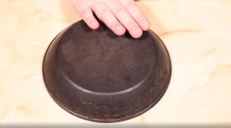 Очистила сковороду с толстым нагаром. Пришлось приготовить специальный раствор. Описание рецепта в этой статье.