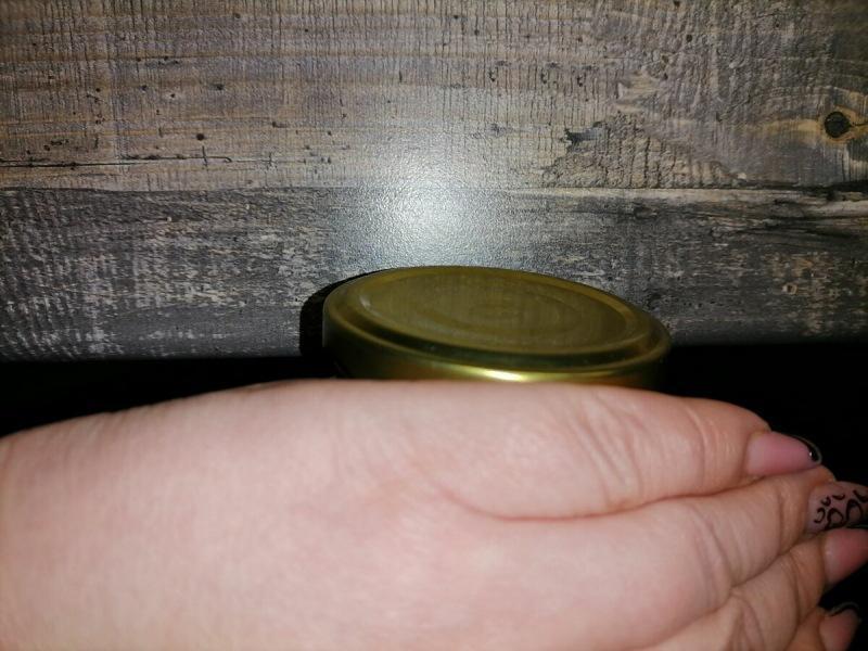 Сестра научила еще проще открывать банки с винтовыми крышками. Ни нож, ни тряпка не нужны