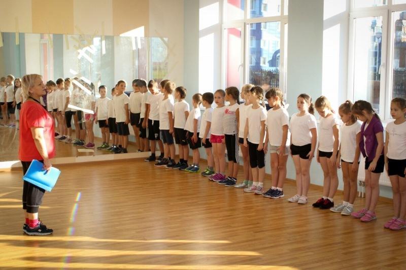 """Уроки физкультуры в школе: вести их всерьез или просто """"кинуть детям мяч""""?"""