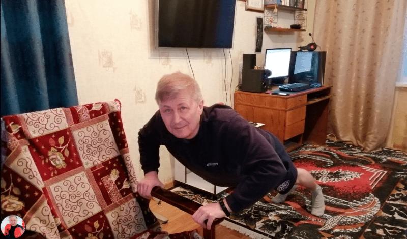 Посоветовал другу несколько упражнений. С их помощью, в 67 лет он начал отжиматься 10 раз через 2 недели