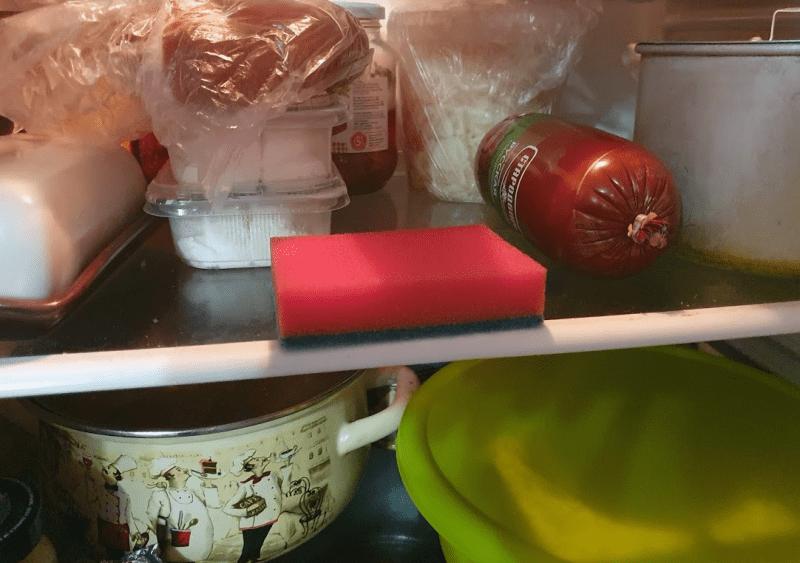 Дешевая хоз. губка, а столько пользы. Кладу губку в холодильник и бед не знаю. Рассказала опытная китайская домохозяйка