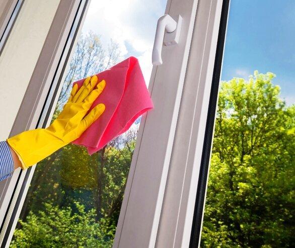 Мою окна этим способом каждую весну. После этого, они целый год остаются чистыми и не запотевают. Подсказала сестра