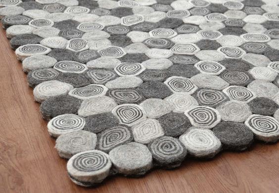 Объемные коврики из старых свитеров. Переработка старых вещей в коврики, накидки и даже подставки под горячее.