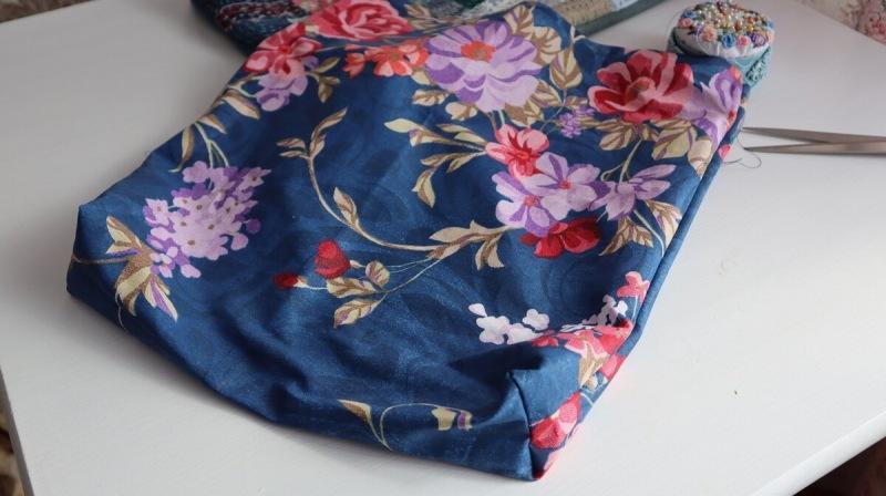 Влюбилась в эту вышивку с первого взгляда. Взяла обрезки ткани и с её помощью сшила себе чудесную сумку