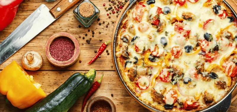 Ленивая пицца на сковороде для сытного обеда: 2 варианта