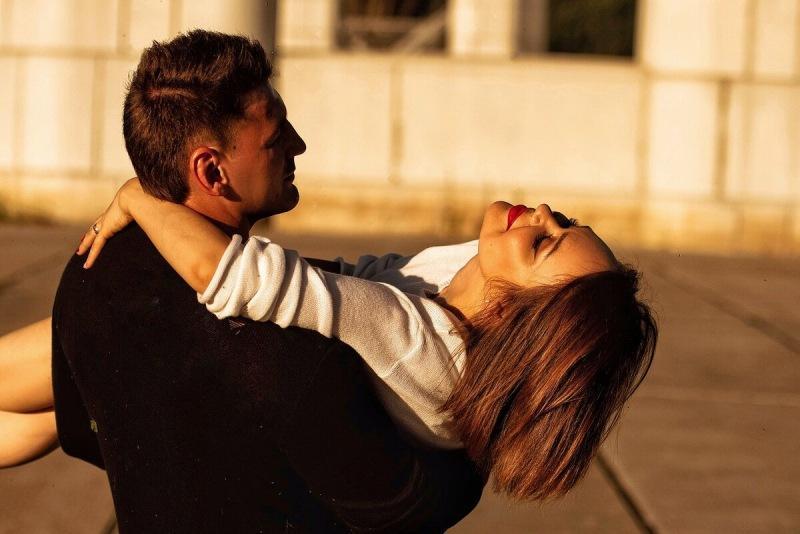 Две вещи, которые мужчина делает только с той женщиной, которую действительно любит