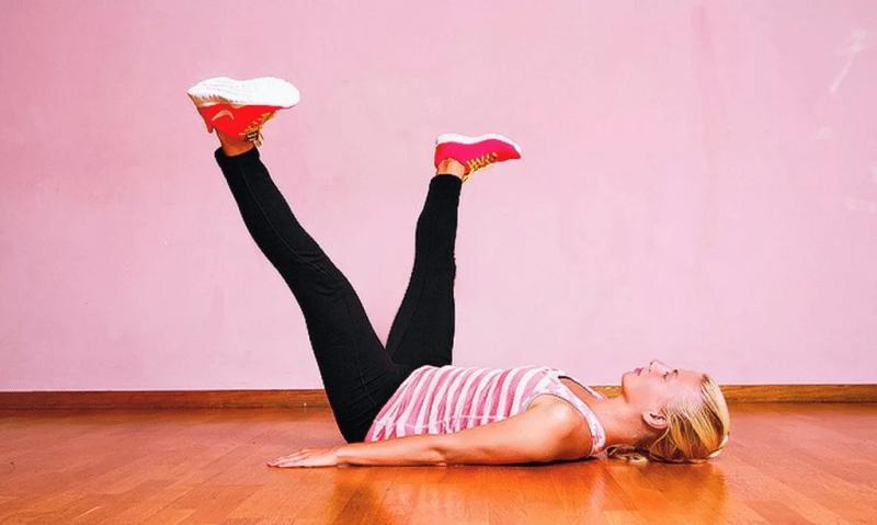 Лягте с плоским животом и сожмите ноги упражнением «Рогатка» - когда у вас есть 2-3 минуты на гимнастику