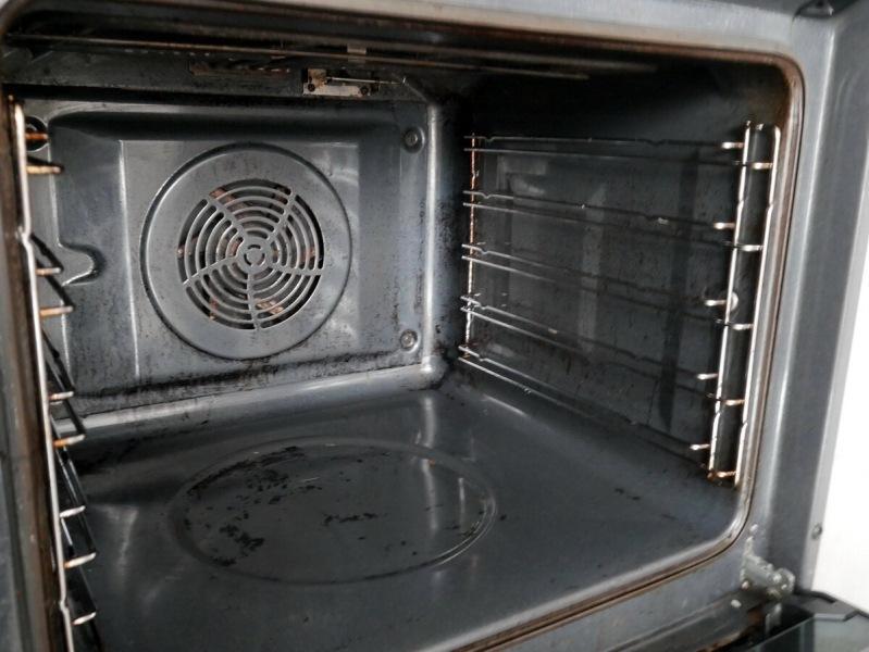 Моей духовке 10 лет, и ее еще не «генералили». После первой очистки новым отечественным средством она «помолодела» лет на 7