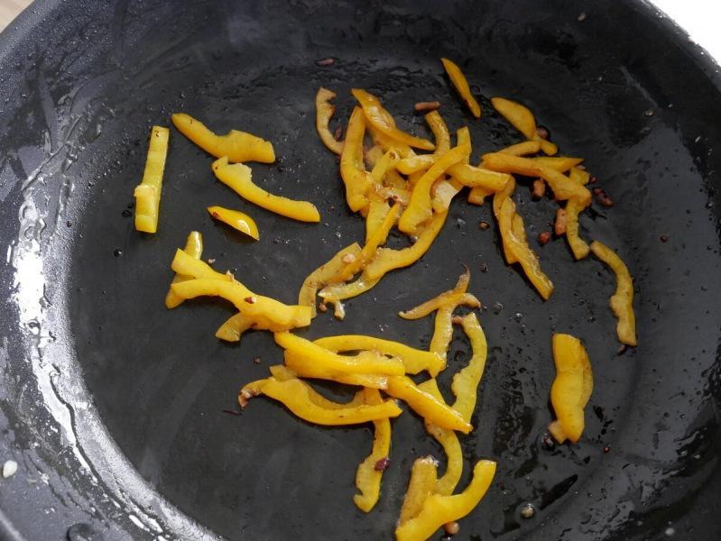 Никогда не жарьте картофель и грибы одновременно. На мой вкус, это лучшая жареха с грибами, морковью, перцем, луком и мясом