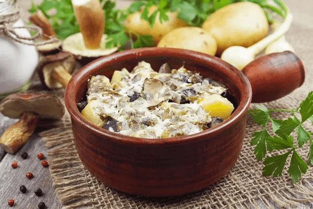 Рыба в горшочках с картошкой, грибами и сметаной
