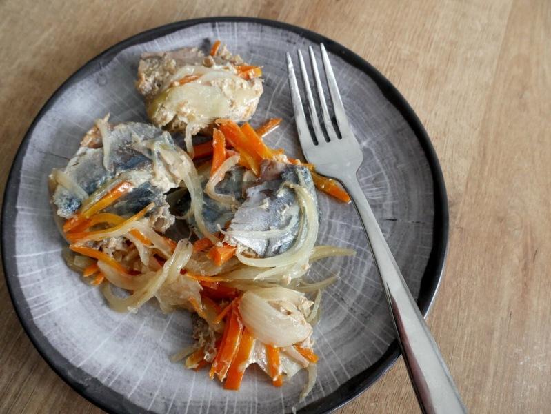 Скумбрия с овощами в банке в духовке превращается в великолепную закуску. Очень простой рецепт