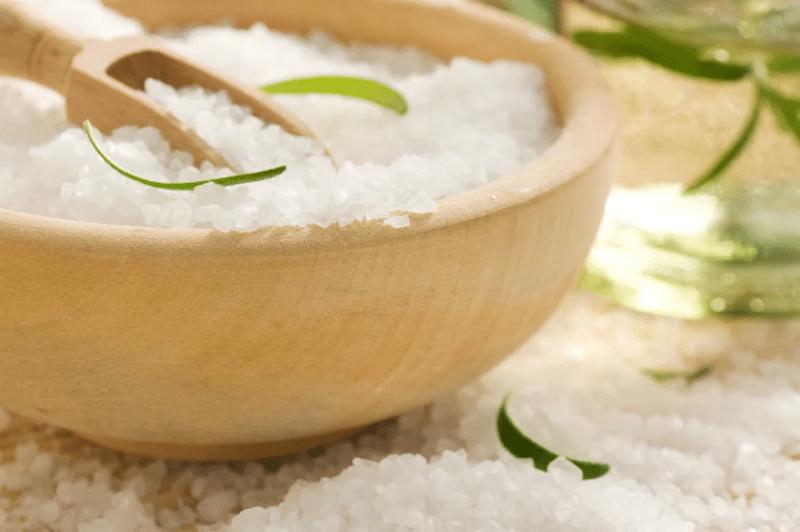 Солевой скраб - морщины и пигментацию долой, очищает и питает. Сделать можно дома и ничего покупать не нужно